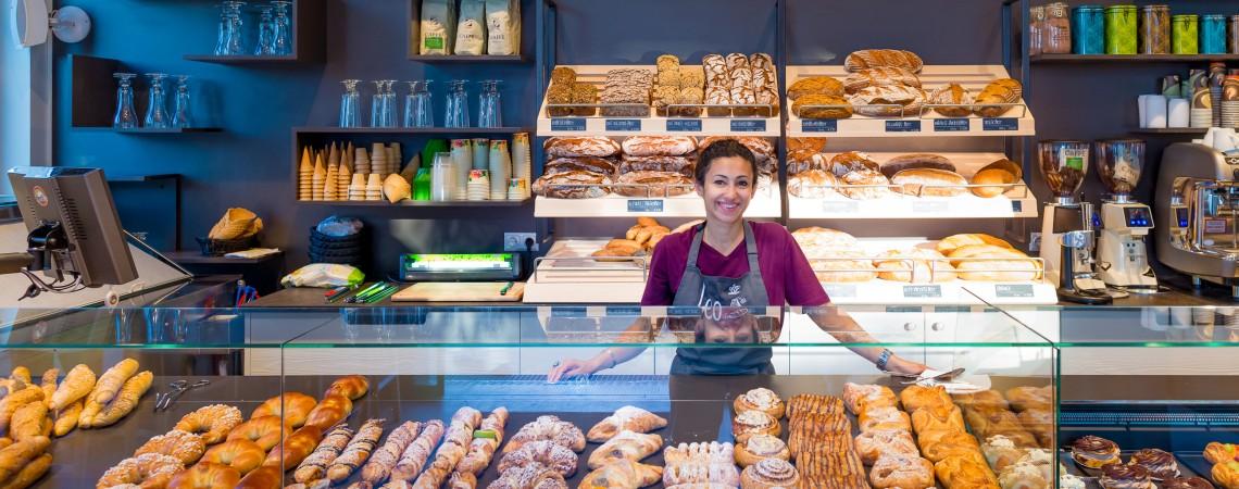 Zamestnanec za predajným pultom v pekárni Leo v aspern Seestadt